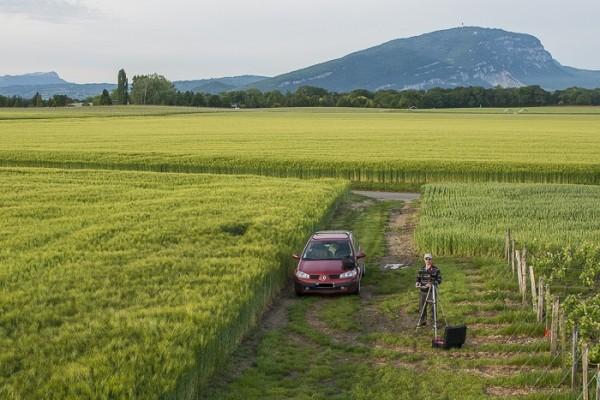 Pilote de drone de DRONE I2N en mission dans la campagne Suisse